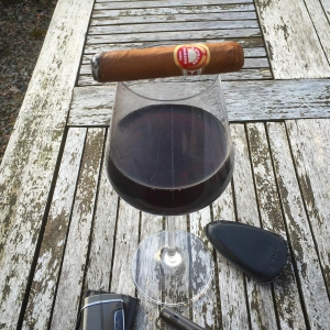 Läs mer om artikeln Smoking a HUpmann HC in the last rays of sun today. Still cold outside. Spring, where are you?