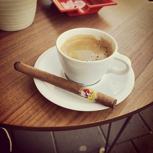 Lunch cigar at Mellgrens. Having a nice La Gloria Cubana and a cup of great coffee. @mellgrensfinetobacco #51